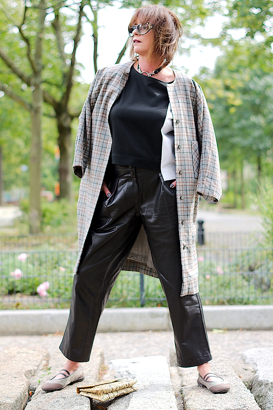just-take-a-look-berlin-karo-mantel-lederhose-schw-weisses-shirt