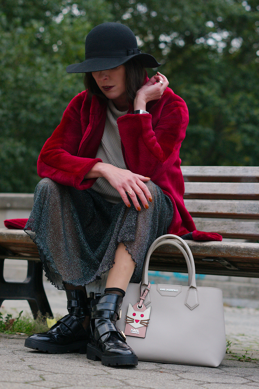 just-take-a-look-berlin-outfit-roter-mantel-Rau Berlin-glitzerrock-und-boots