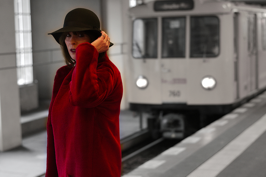just-take-a-look-berlin-outfit-roter-mantel-Rau Berlin-glitzerrock-und-boots