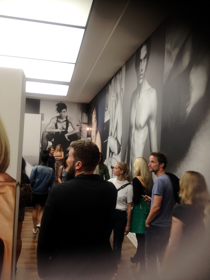 Just-take-a-look.berlin - Photoausstellung - Undressed - Unseen - Pool Party - Marion Testino