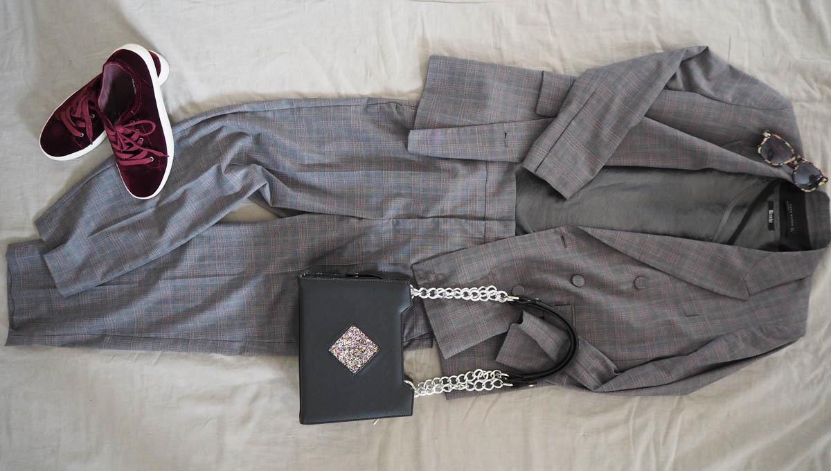 Just-take-a-look berlin - Stylebook Herbsttrend Karo karierter Anzug weinrote Sneakers schwarze Handtasche