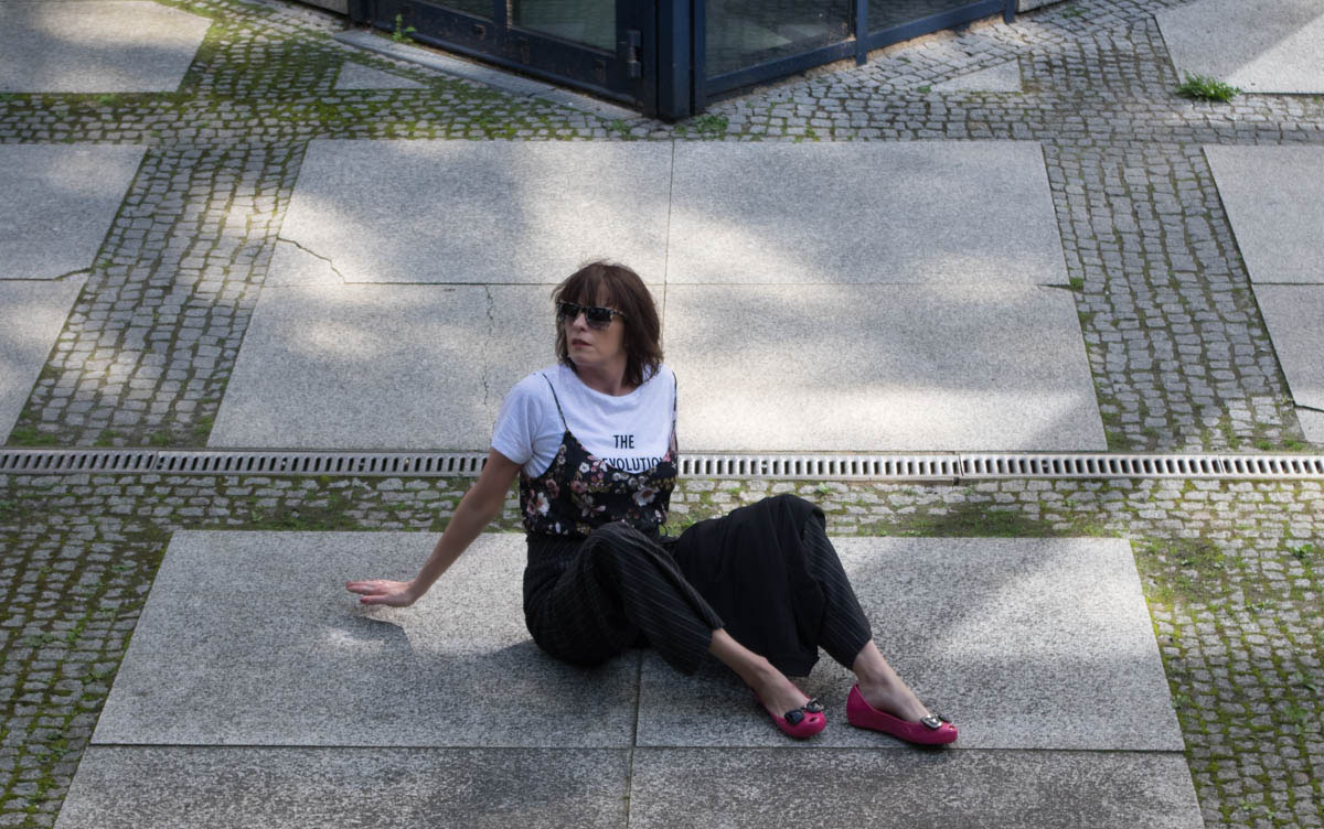 Tage So Wie Diese Outfit-Nadelstreifenhose im Menstyle-Blazer-Blütentop-Statementshirt-Just take a look Berlin