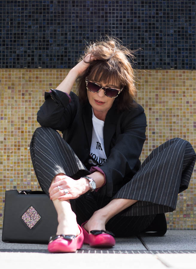 Tage So Wie Diese Outfit-Nadelstreifenhose im Menstyle-Blazer-Blütentop-Statementshirt-Just take a look Berlin-4.1