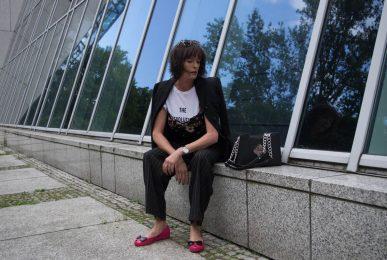 Outfit-Nadelstreifenhose im Menstyle-Blazer-Blütentop-Statementshirt-Just take a look Berlin