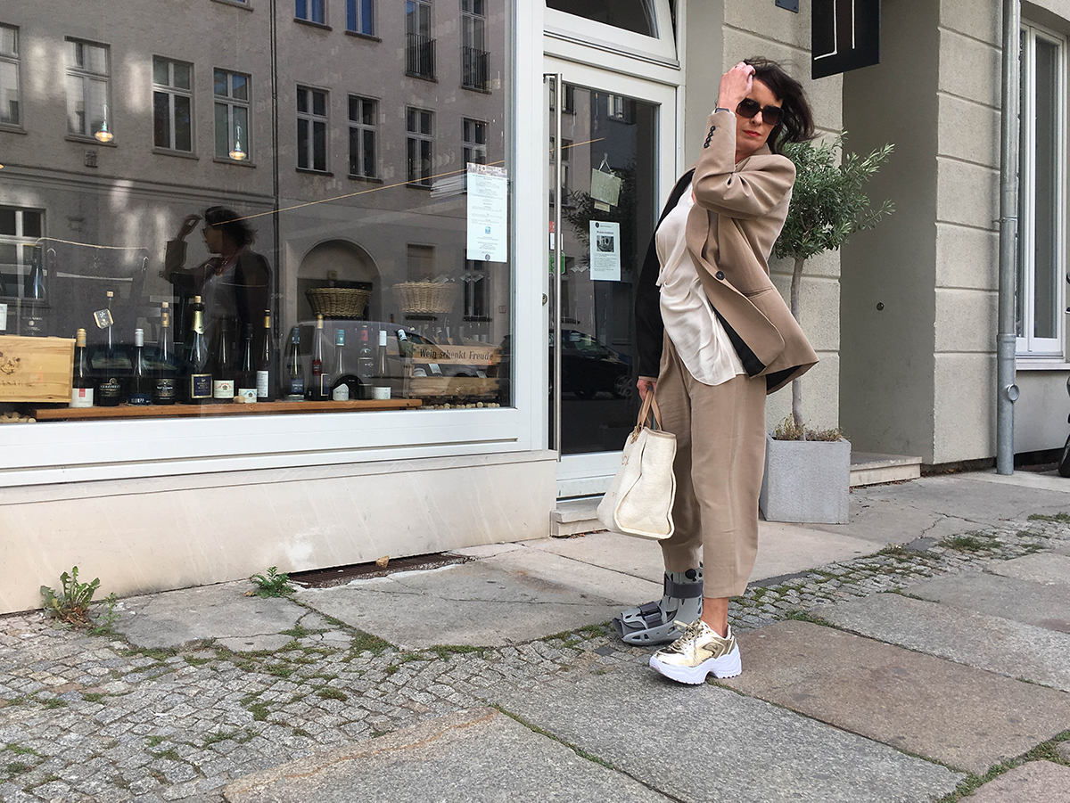 Just-take-a-look Berlin - Outfit - beiger Anzug- Real Life 4.1