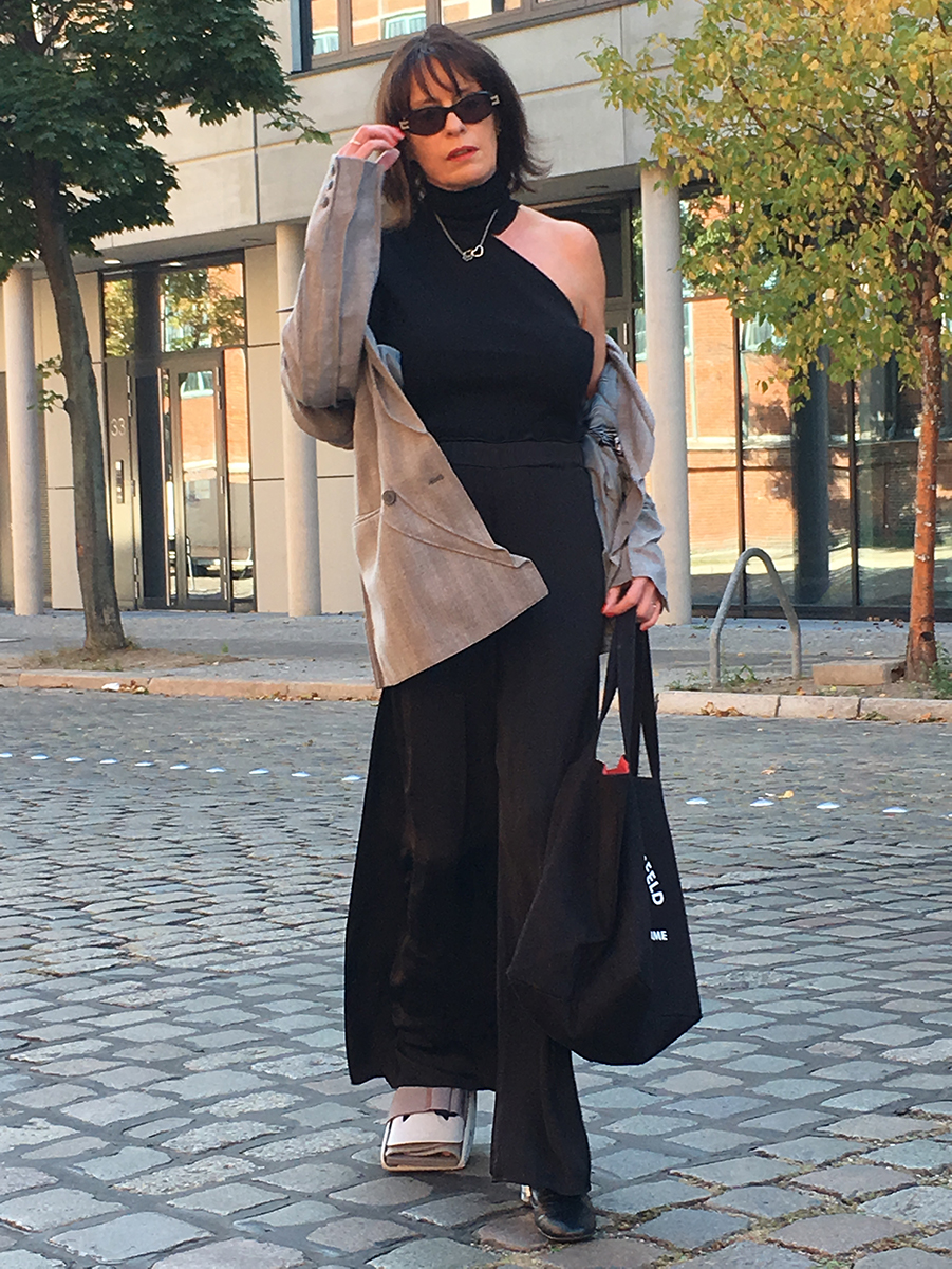 Just-take-a-look Berlin - Neue Mode -Outfit mit Lagerfeld Tasche 1