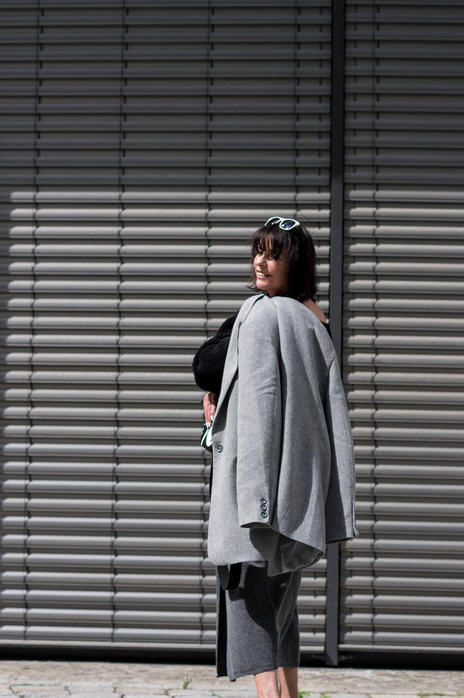 Just-take-a-look Berlin - Konsum - Veränderung - Outfit Grauer Rock und Maske-21.1