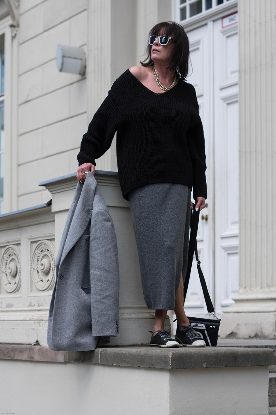 Just-take-a-look Berlin Outfit Grauer Rock und Maske-31.1