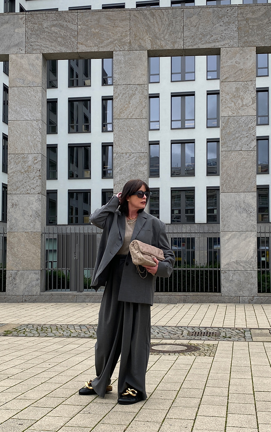 Just-take-a-look Berlin - Chanel Tasche, Grauer Suit